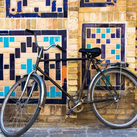 Altes Fahrrad an einer Wand, Usbekistan