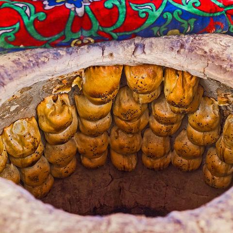 Im Tandoori Ofen gebacken: Samsa, mit Fleisch gefüllte Blätterteigtaschen, Pungan, Ferganatal, Usbekistan