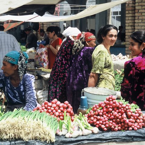 Freundliche Verkäuferinnen auf dem Markt, Usbekistan