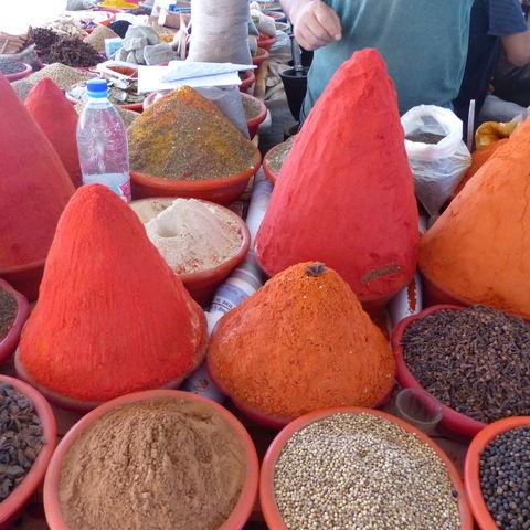 Auf die Form kommt es an: Gewürze auf einem Markt, Usbekistan