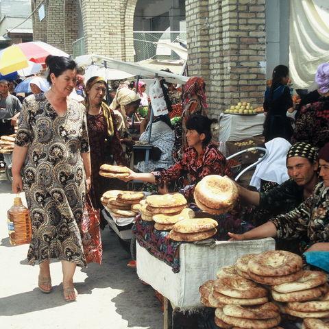Traditionelles Brot auf einem Markt, Usbekistan