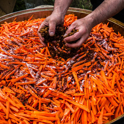 Das Traditionsgericht Plov wird zubereitet, hier mit Hammelfleisch, Karotten, Reis, Knoblauch und Gewürzen, Usbekistan