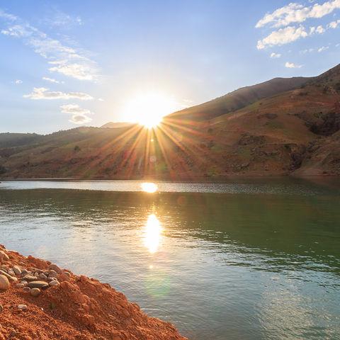 Sonnenuntergang über einem See, Usbekistan