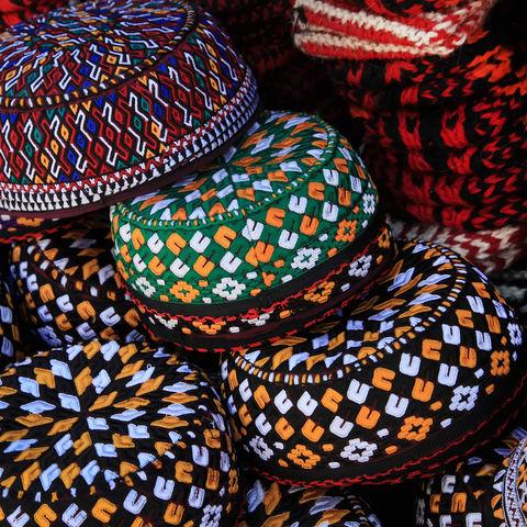 Traditionelle bestickte Kappen, Usbekistan