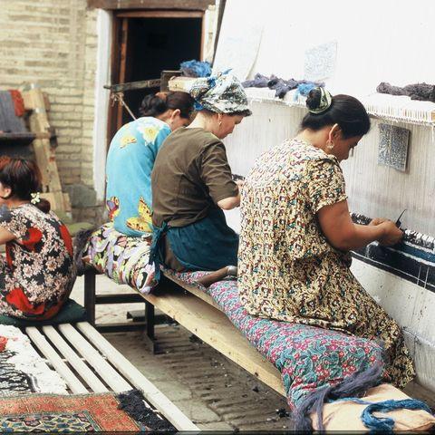 Weberinnen weben einen Teppich, Usbekistan