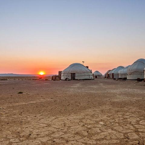 Sonnenaufgang in einem Jurtencamp in der Wüste, Usbekistan