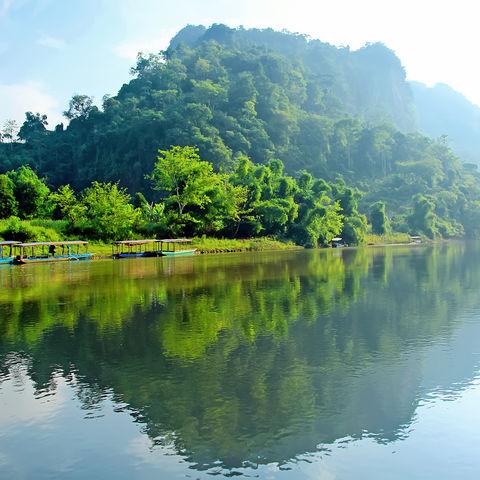 Grünes Ufer am Ba-Be-See, Vietnam