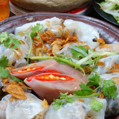 Mit Pilzen und Schweinefleisch gefüllte Banh Cuon (Reismehl-Crepes), Vietnam