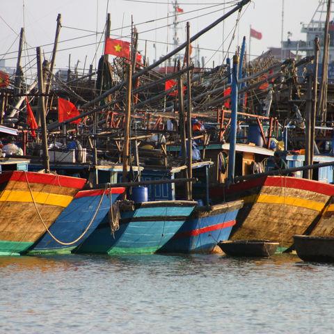 Farbenfrohe Fischerboote bei Danang, Vietnam