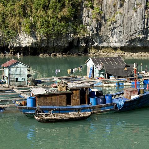 Schwimmendes Dorf in der Halong Bucht, Vietnam