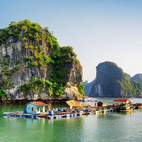 Ein schwimmendes Fischerdorf in der Halong Bucht, Vietnam