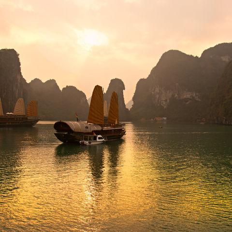 Sonnenaufgang in der Halong Bucht, Vietnam