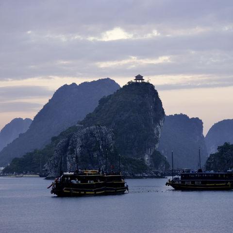 Sonnenuntergang in der Halong Bucht, Vietnam