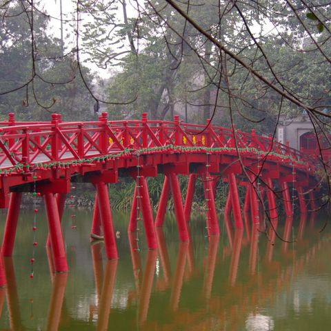 Rote Brücke über dem Hoan-Kiem-See, Vietnam