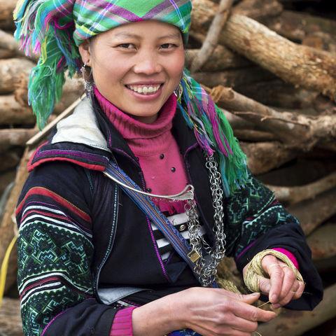 Traditionell gekleidete Hmong-Frau im Dorf Ta Van, Lao Cai Provinz, Vietnam
