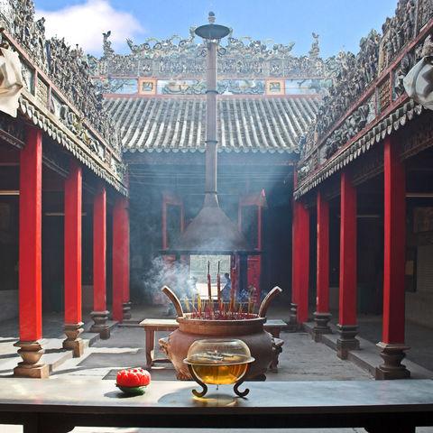 Räucheropfer im Tempel, Vietnam