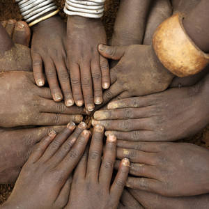 Hände von Stammeskindern © Dietmar Temps, Dreamstime.com