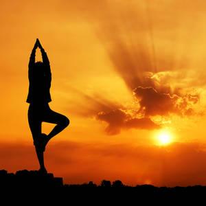 Yoga-Silhouette bei Sonnenaufgang © Tanatat, Dreamstime.com