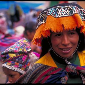 Frau mit Kind in bunter traditioneller Kleidung © Andreas Hilmer, a&e erlebnisreisen