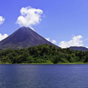 Arenal-Vulkan und See © Thinkstock, iStockphoto