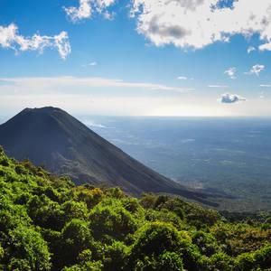 Izalco Vulkan im Cerro Verde NP © Brizardh, Dreamstime.com