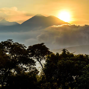 Sonnenaufgang am Vulkan Fuego © Lucy Brown, Dreamstime.com