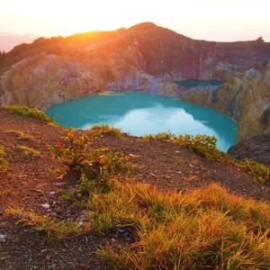 Kratersee am Kelimutu Vulkan bei Sonnenaufgang © Scottamassey, Dreamstime.com