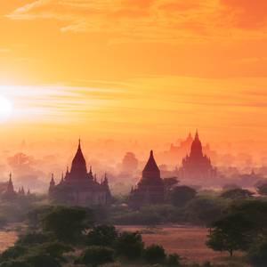 Stupa im Sonnenuntergang © Sergeychernov, Dreamstime.com
