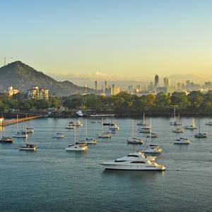 Sonnenaufgang über einem kleinen Hafen in Panama City © Adeliepenguin, Dreamstime.com