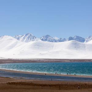 Der Namtso See vor schneebedeckter Bergkette © Thinkstock, iStockphoto