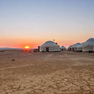 Sonnenaufgang in einem Jurtencamp in der Wüste © Ekaterina Kuchina, Dreamstime.com
